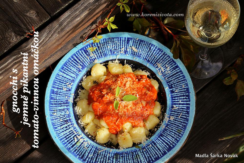 Gnocchi s jemně pikantní tomato-vinnou omáčkou , podávané se sklenkou vychlazeného bílého vína