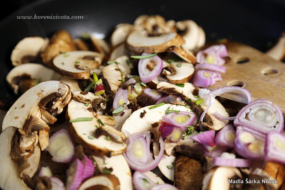 pokrájené houby přidejte spolu se šalotkou a bylinkami k orestovanému česneku