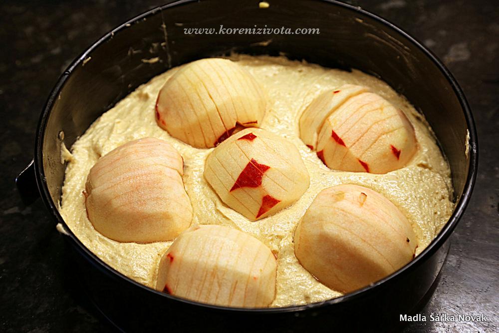 jablka položte na povrch těsta, ale nezatlačujte je dolů ke dnu