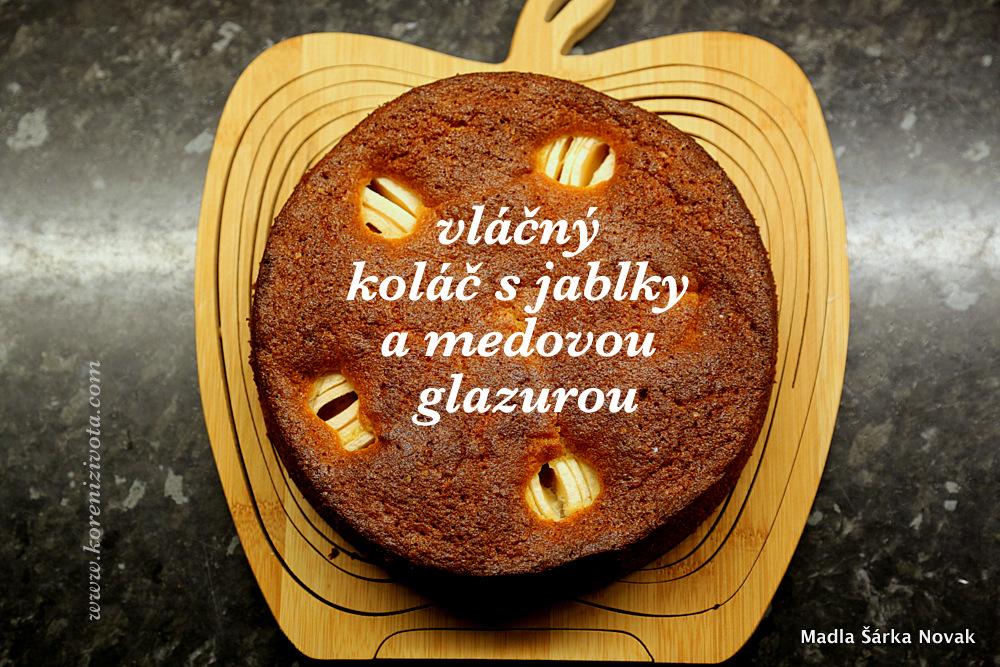 Vláčný koláč s jablky a medovou glazurou nechte vychladnout než ho potřete glazurou