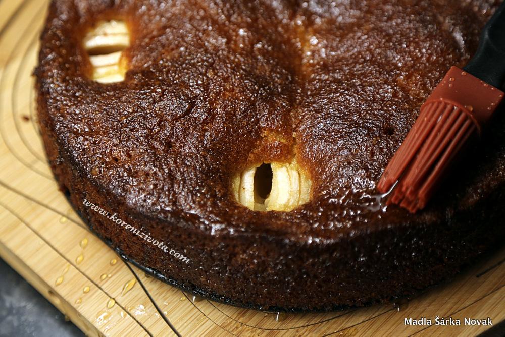 tekutý / ohřátý med smíchejte se solí a touto glazurou potřete vychladlý koláč; nádherně se vsákne a těsto velmi zvláční