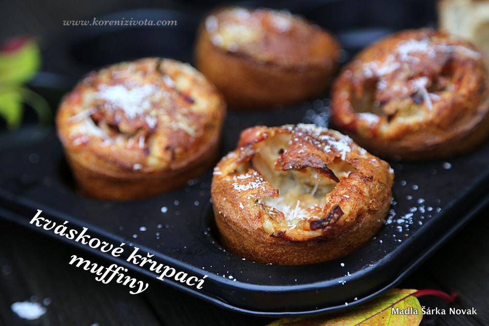 Kváskové křupací muffiny posypané troškou parmezánu