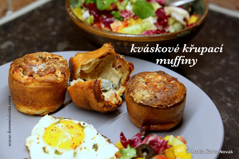 Kváskové křupací muffiny jako bezva snídaně či svačina spolu se salátem a vejcem