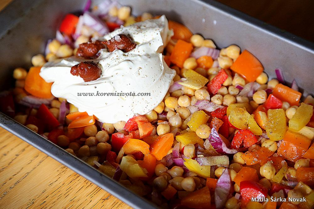 zeleninu solte a opepřete; vše řádně promíchejte s jogurtem/zakysankou a harissou