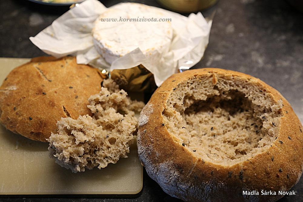 seřízněte vršek chleba a vydlabejte střídu zhruba ve velikosti zapékaného sýru