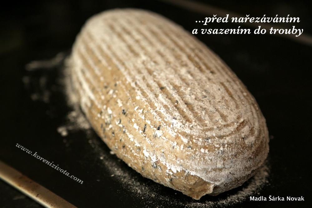 vykynutý chleba překlopte na sázecí lopatu či podložku