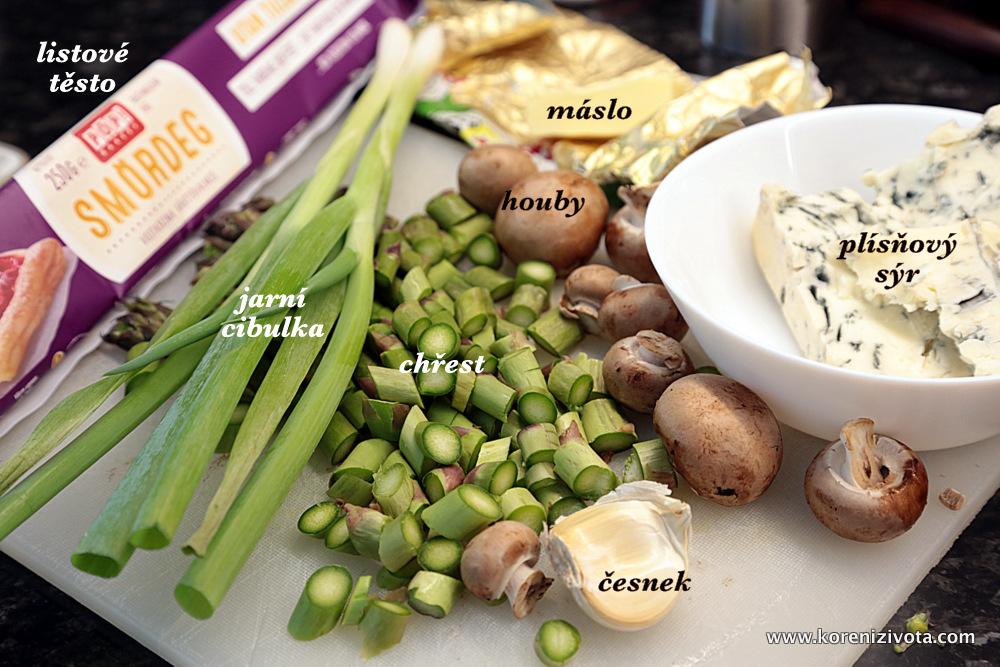 Slaný labužnický koláč s chřestem, houbami a sýrem